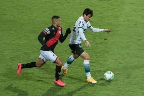 Coritiba vence Atlético-GO e 'dorme' fora da zona de rebaixamento