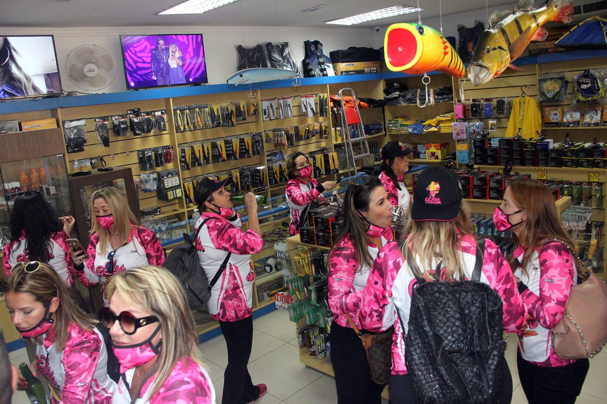 Já em Corumbá, no porto-geral, as mulheres compraram kits completos de pesca em uma loja especializada. (Foto: Sílvio Andrade)