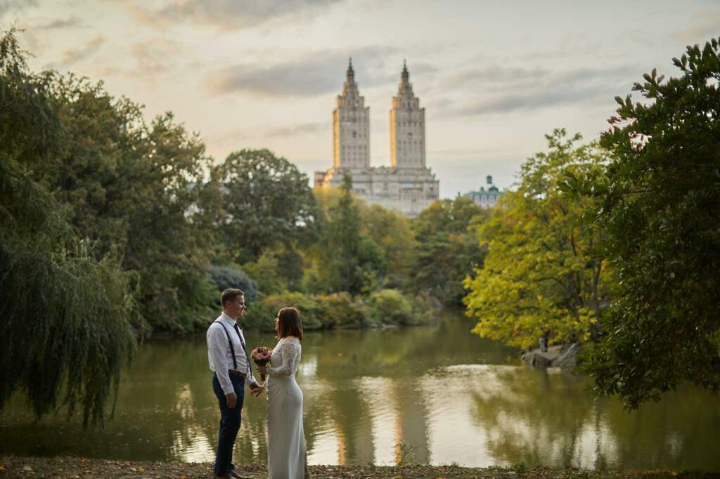 Em NY, Amanda se casa no Central Park como uma cena de cinema