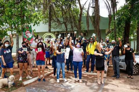 Com cartazes, grupo se reúne contra desmatamento do Parque dos Poderes