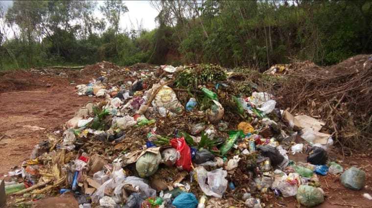 Lixo descartado próximo ao Rio Dourados, em Fátima do Sul. (Foto: Direto das Ruas)
