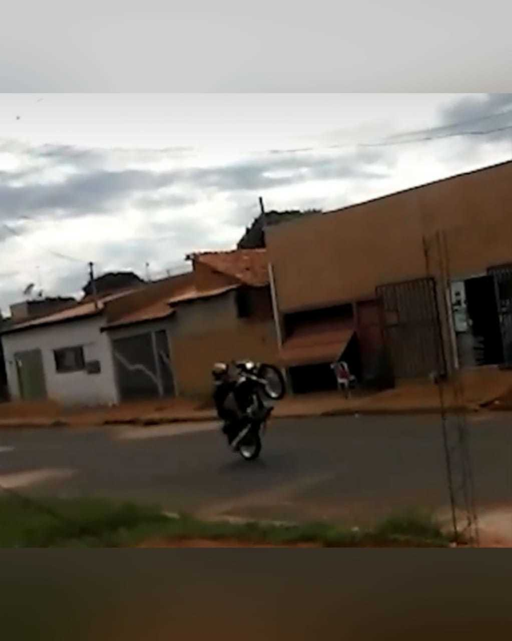 Motoqueiro empinando moto no bairro Vida Nova. (Foto: Direto das Ruas)
