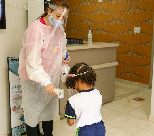 """Pandemia congela mensalidade, mas pais seguem com """"medo"""" da matrícula"""