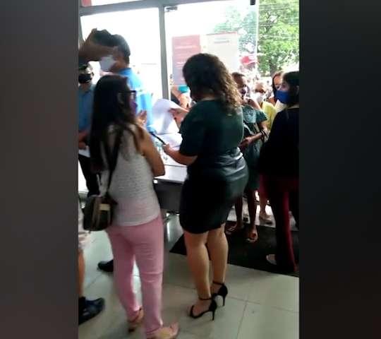 Clientes enfrentam longa fila em banco e passam mal à espera por atendimento