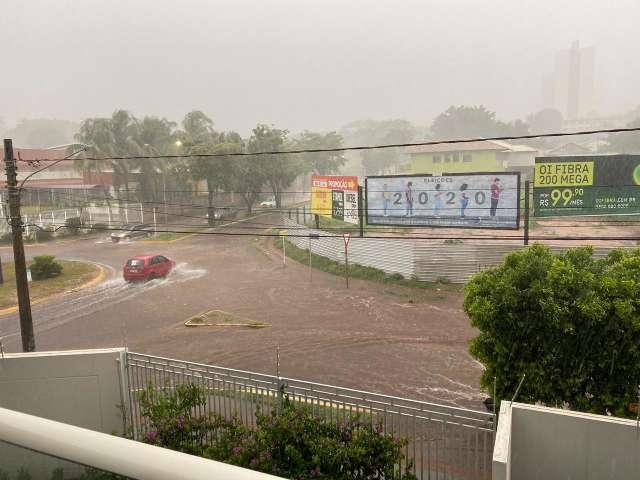 Chuva forte alaga rotatória da Rachid Neder e Inmet estende alerta de temporal