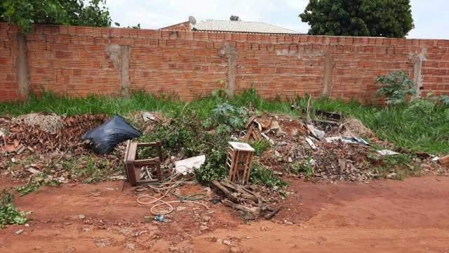 """""""Tem que jogar lixo no lado da minha casa?"""", reclama leitora no Jardim Batistão"""