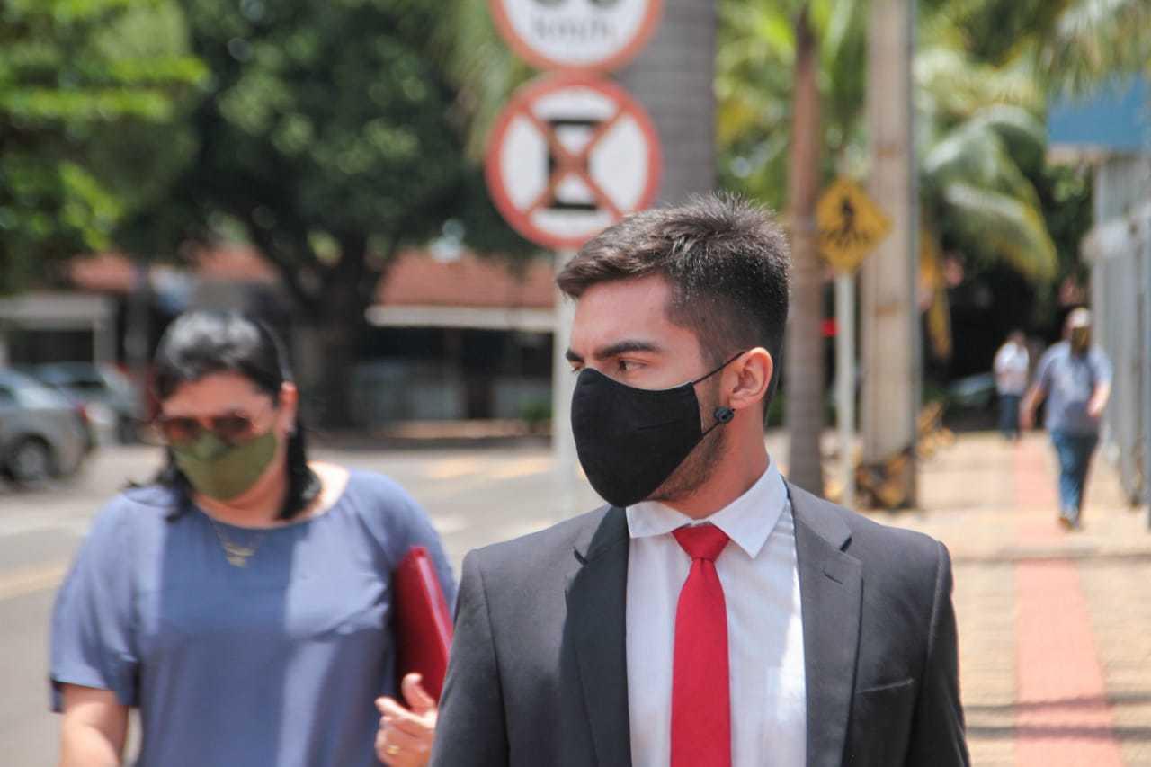 Advogado saiu da sede da PF, em Campo Grande, às 11h45 (Foto: Marcos Maluf)