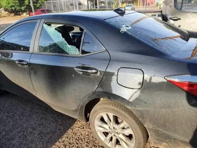 Imagem publicada pelo parlamentar em rede social, em fevereiro deste ano, mostra carro com marcas de tiros (Foto: Reprodução do Facebook)