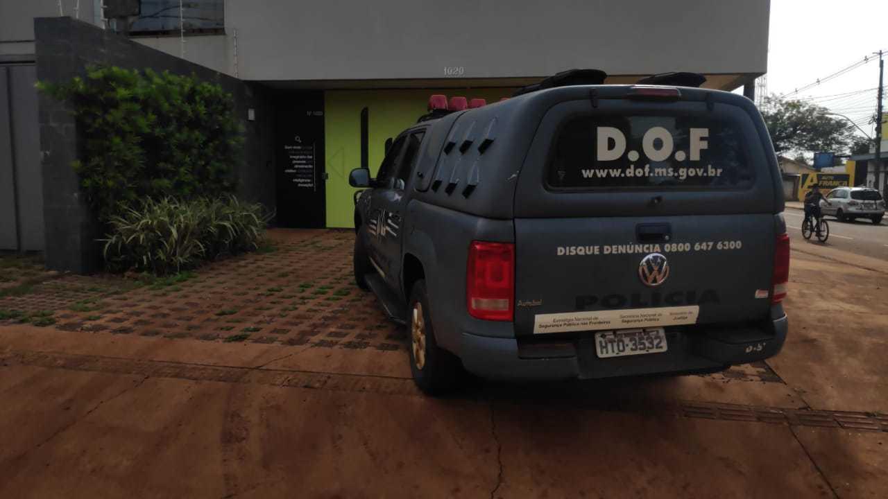 Viatura estacionada em frente à agência; DOF diz que veículo foi deixado no local com defeito (Foto: Adilson Domingos)