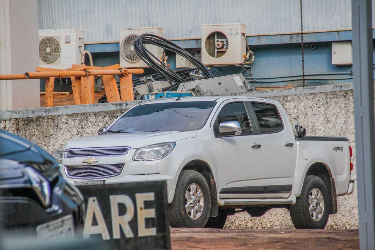 Camionete deixa sede da PF em Campo Grande, onde Loester Trutis estava desde o início da manhã de ontem (Foto: Silas Lima/Arquivo)