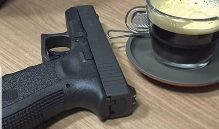 Suposta Glock postada no Facebook do deputado federal. (Foto: Redes Sociais)