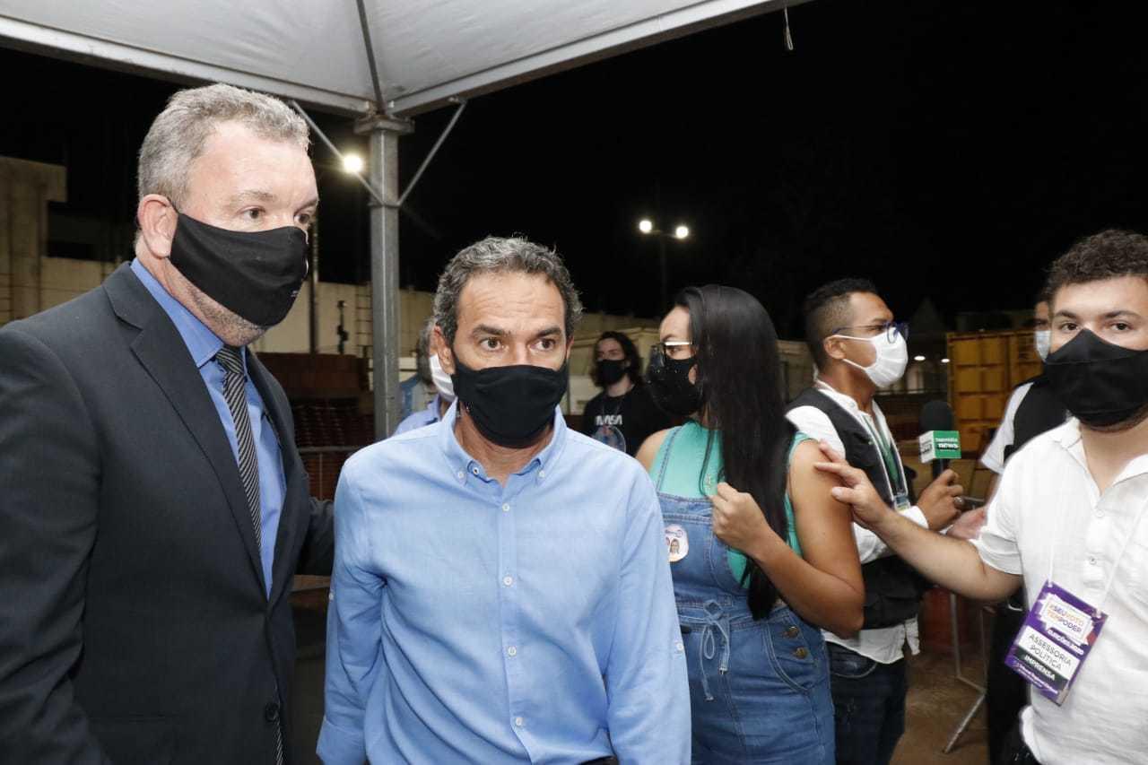 O juiz eleitoral Paulo Afonso e o prefeito Marquinhos Trad (Foto: Henrique Kawaminami)