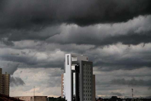 Tempo fecha na Capital e em alguns bairros a chuva já chegou