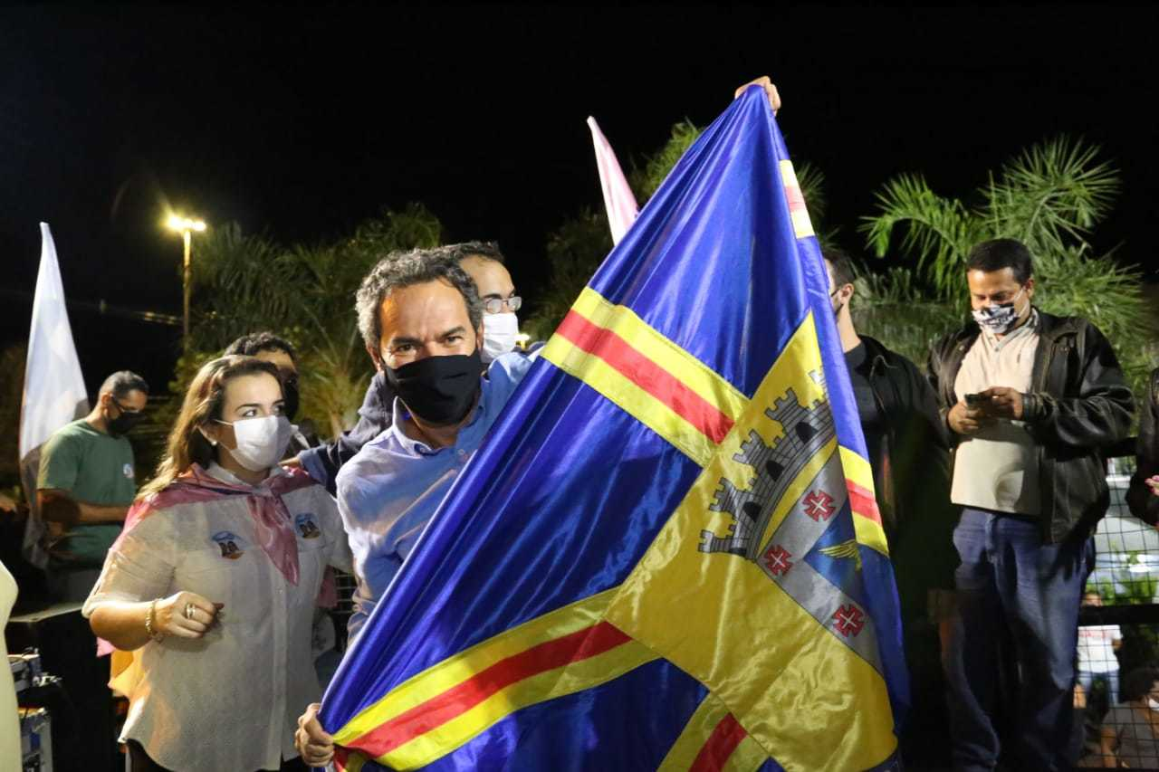 Prefeito reeleito Marquinhos Trad (PSD), segurando a bandeira de Campo Grande. (Foto: Paulo Francis)