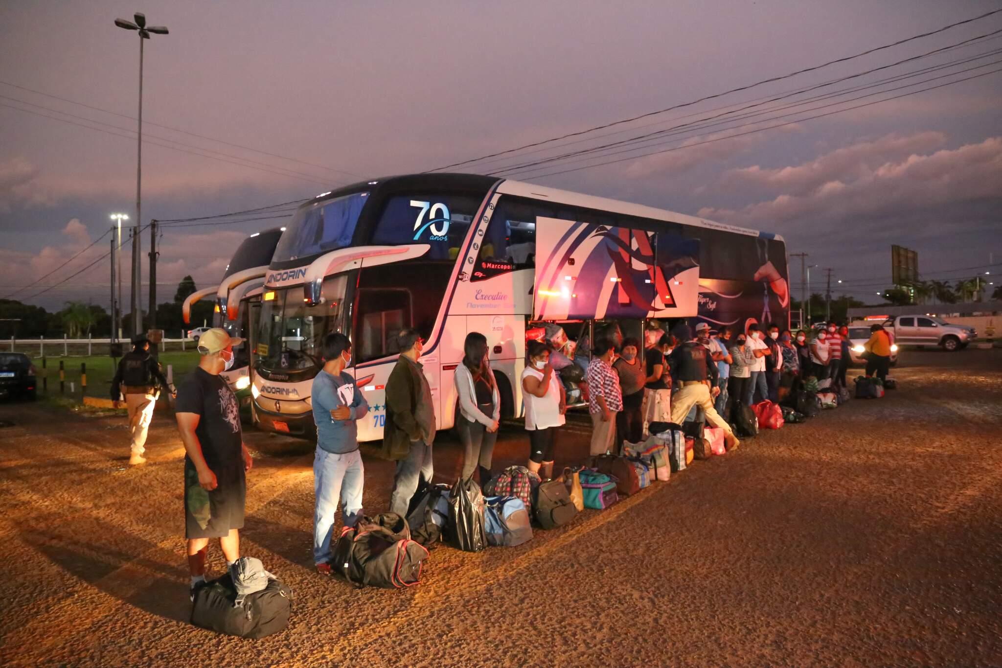 Bolivianos aguardando enquanto policiais verificavam a documentação e a bagagem deles (Foto: Paulo Francis)