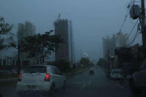 Pelo 2º dia consecutivo, chuva chega com ventania e granizo na Capital