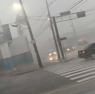 Ventos chegam a 55 km/h e impressionam durante chuva forte