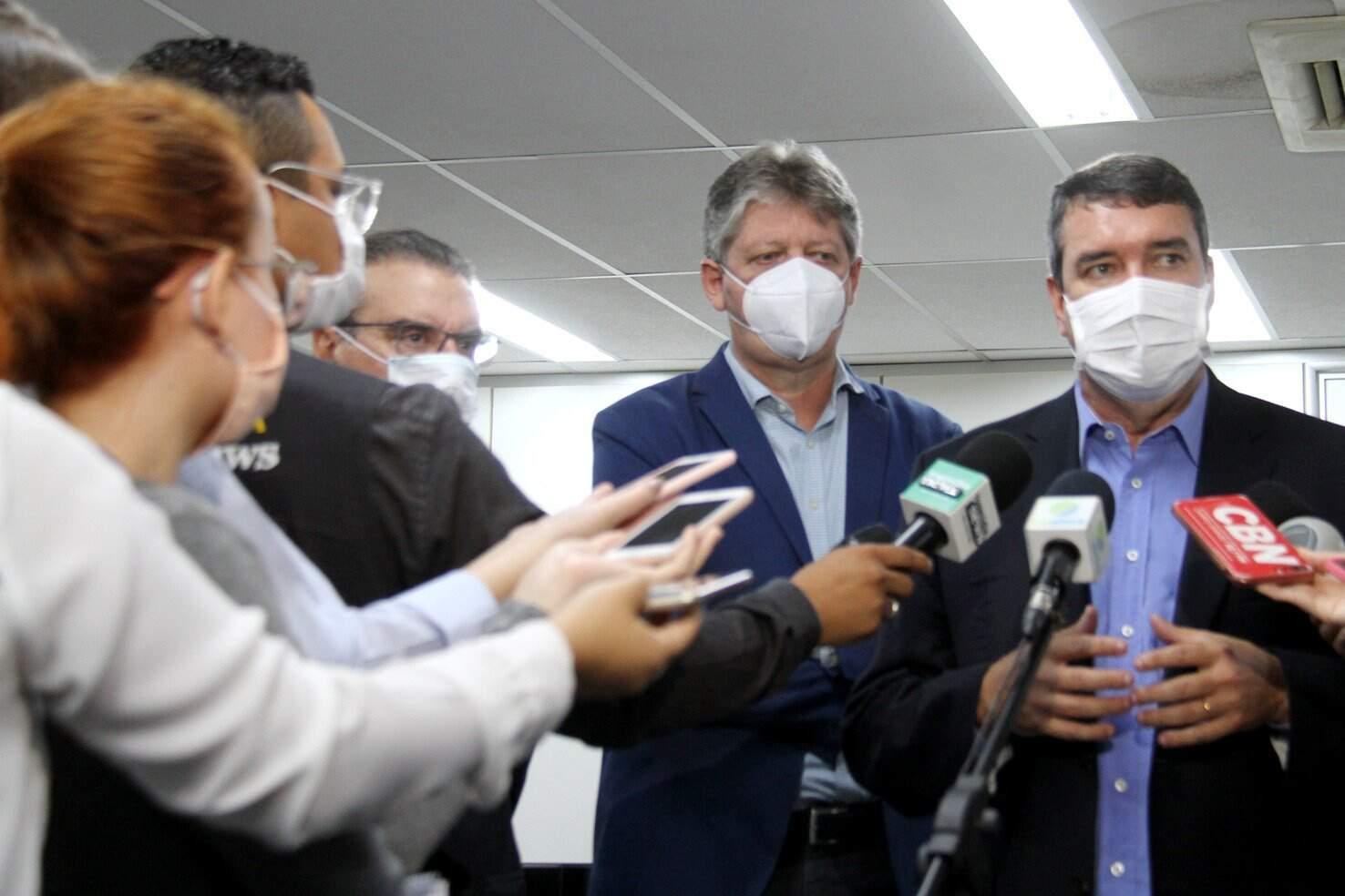 Secretários Jaime Verruck e Eduardo Riedel, durante entrevista na Assembleia (Foto: Wagner Guimarães - ALMS)