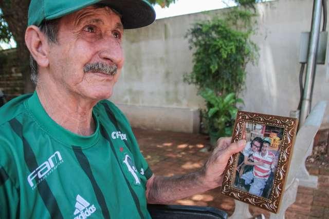 Altamir pede celular de Natal para falar com a família do filho que se foi