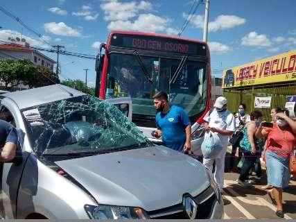 Motorista é socorrido desacordado após carro colidir com ônibus