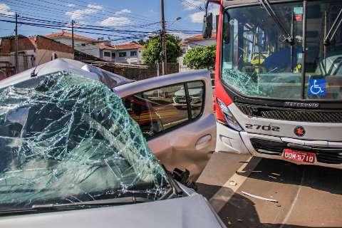 Motorista de aplicativo morre ao bater em ônibus