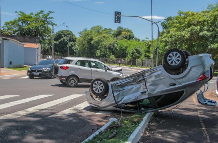 O primeiro acidente aconteceu no cruzamento das avenidas Noroeste e Salgado Filho, na Vila Progresso (Foto: Marcos Maluf)