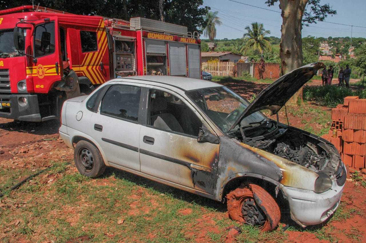 Carro atingido pelo fogo, no Jardim Cerejeiras (Foto: Marcos Maluf)