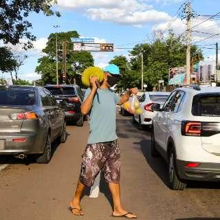 """No meio dos carros, Maico vende jaca """"a rodo"""" e nem todo cliente é vegano"""