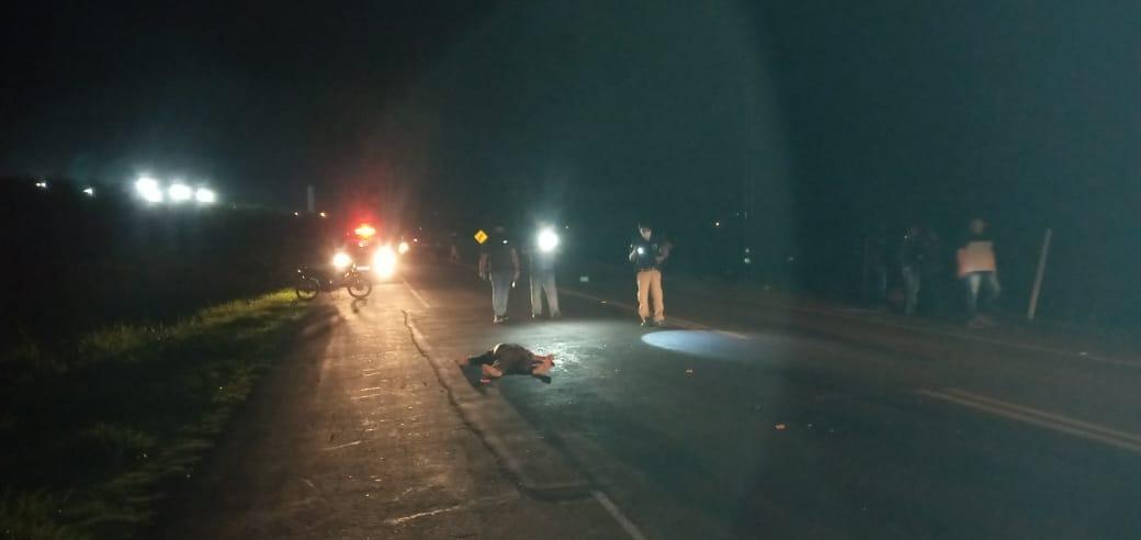 Policiais verificam corpo de vítima atropelada em rodovia (Foto: Foto: Cido Costa)