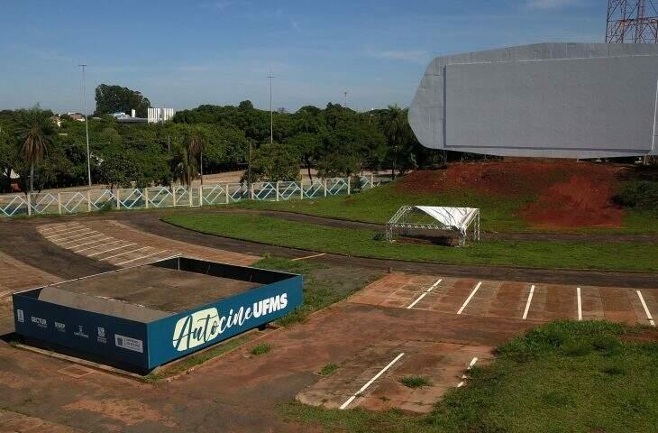 Espaço onde filmes são transmitidos no modo cinema drive-in, na UFMS (Foto: Chico Ribeiro)