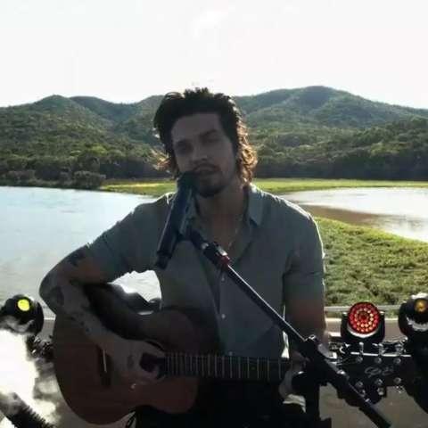 Em cima de chalana, live de Luan mostra exuberância do Pantanal