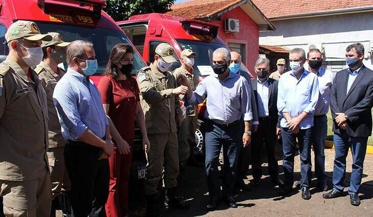 Governador Reinaldo Azambuja (PSDB) entregando as chaves das viaturas  (Foto: Chico Ribiro - Governo MS)