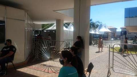Pacientes esperam 5 horas por atendimento no setor de covid