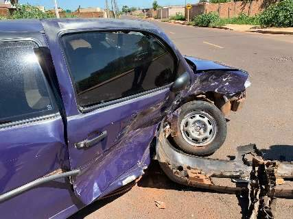 Motorista bate em carro, foge, mas deixa para-choque na rua