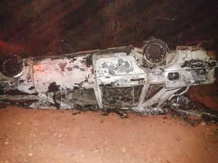 Carro capota, pega fogo e fica destruído na MS-345