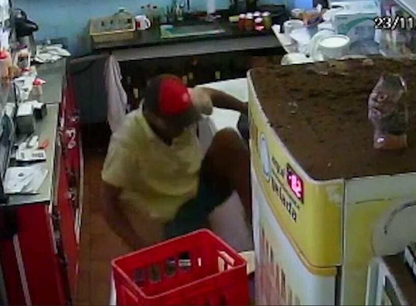 Imagens da câmera de segurança onde o rapaz entra no comércio. (Foto:Direto das Ruas)