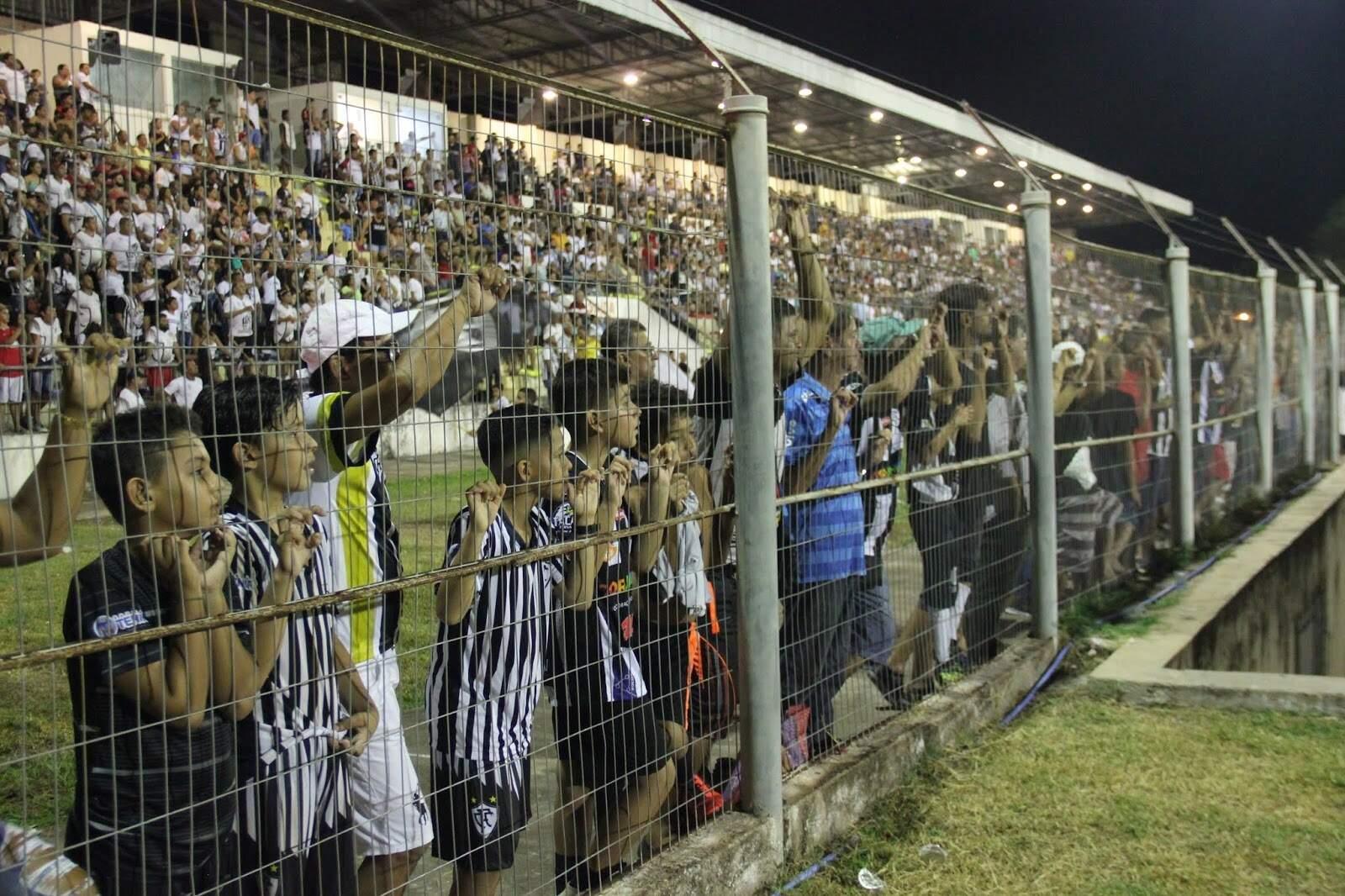 Torcedores do Corumbaense no alambrado do estádio Arthur Marinho, em dia de jogo do Corumbaense em casa (Foto: MS Esporte Clube)