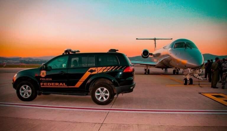 Equipes da PF em aeroporto ao amanhecer, antes do início do cumprimento dos mandados (Foto: PF/Divulgação)