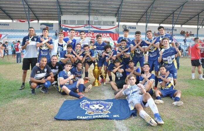Jogadores do Santo Antônio comemoram título do Estadual do ano passado (Foto: JD Dervalho)