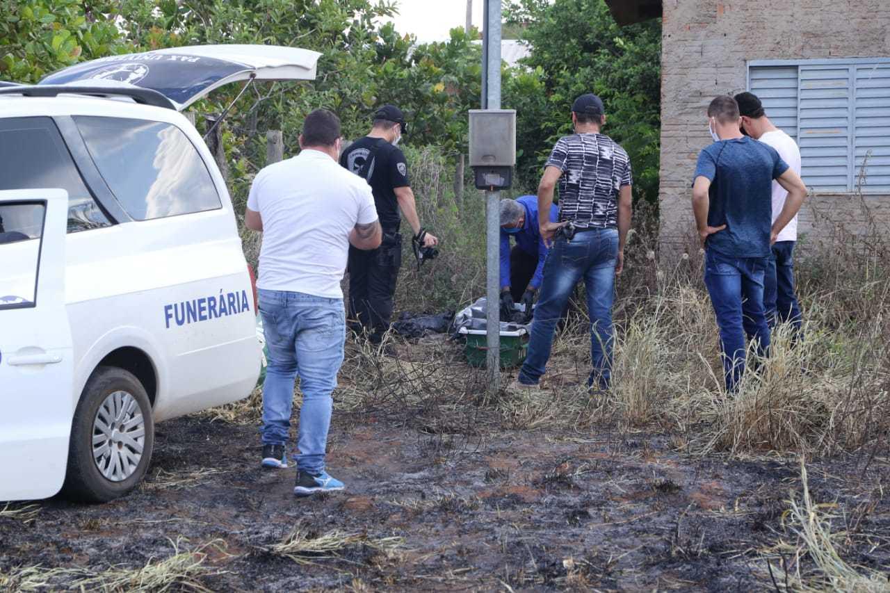 Movimentação no local onde restos mortais do chargista foram encontrados (Foto: Kísie Ainoã)