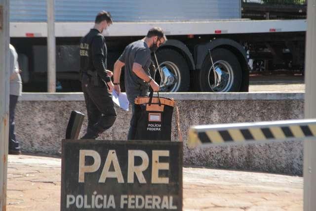 Na sede da PF, policiais chegam com malotes em dia de Lama Asfáltica