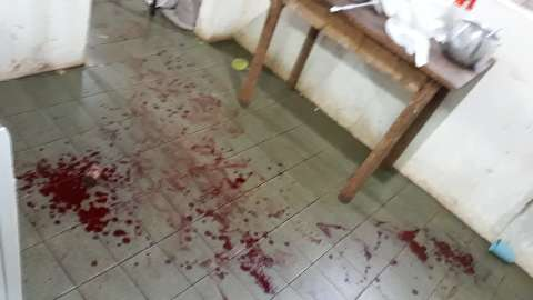 Em briga por R$ 4, homem esfaqueia esposa no abdome e é preso