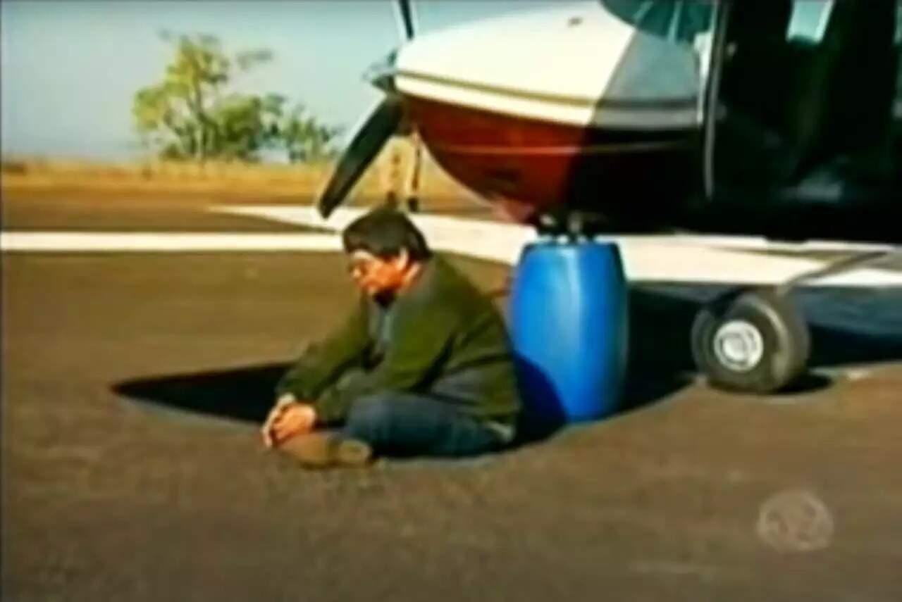 """Piloto Ilmar de Souza Chaves, o """"Pixoxó"""", ao ser preso em Minas Gerais, em 2010 (Foto: Reprodução/TV Record)"""