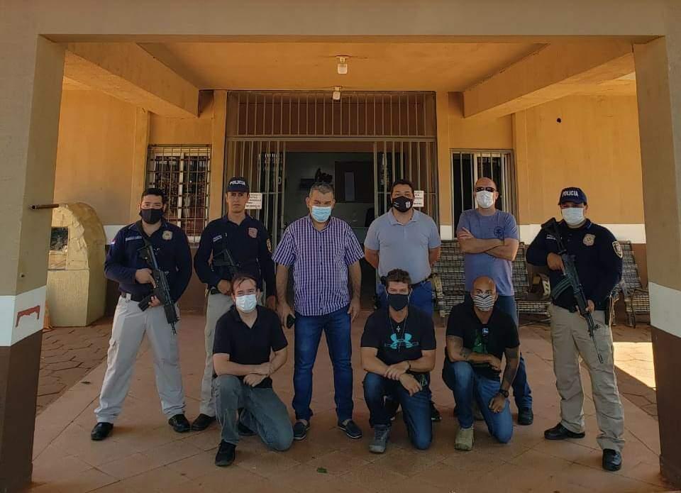 Policiais paraguaios e brasileiros que participaram da operação (Foto: Marciano Candia/Última Hora)