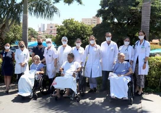 Toda a equipe junto durante banho de sol (Foto: Divulgação/Santa Casa)