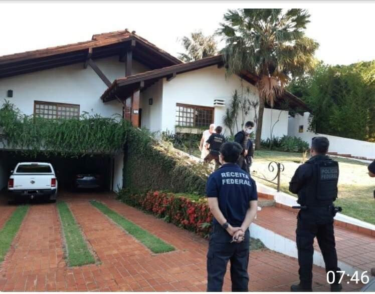"""Equipe com agentes da PF e Receita Federal em um dos endereços """"visitados"""" nesta manhã (Foto: Receita Federal/Divulgação)"""