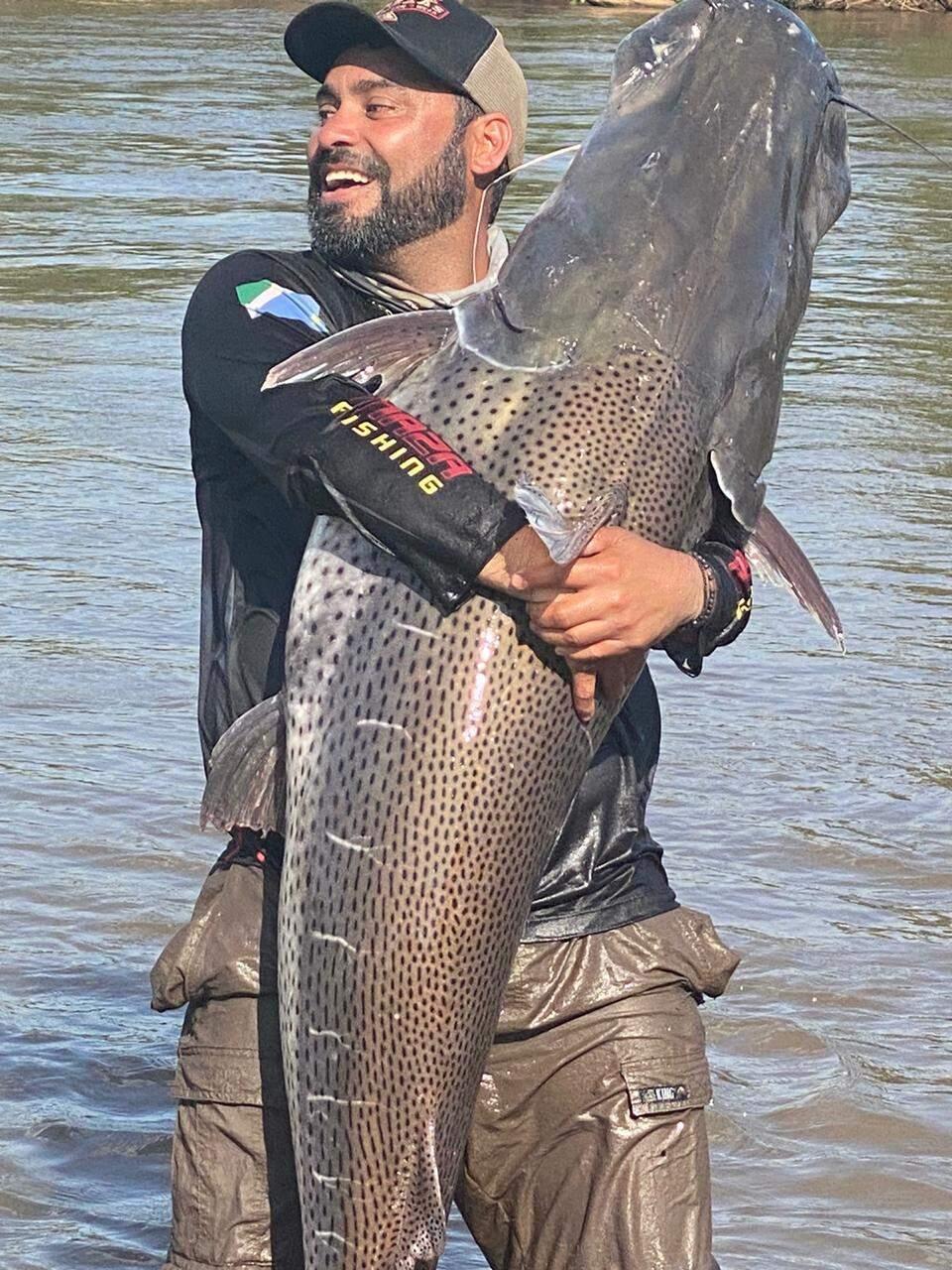 """Com 1,78 e pesando praticamente 70 quilos, espécie pintado foi o maior peixe da """"carreira"""" esportiva de Marcos (Foto: Arquivo Pessoal)"""