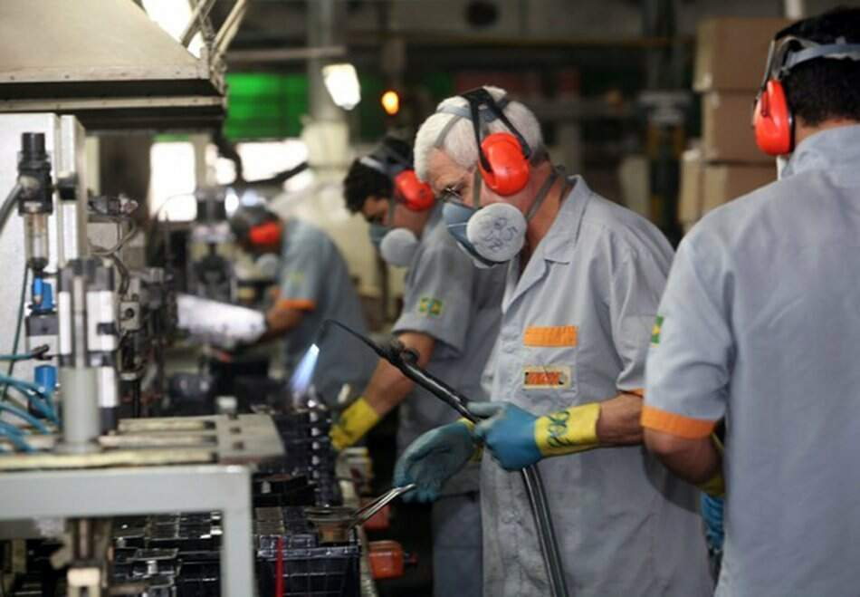 Trabalhadores em fábrica de MS. Expectativa é aumentar contratações (Foto: Fiems)