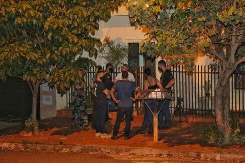 Peritos fecham rua para testes com luminol na casa de assassina de chargista