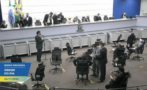 """Vereadores aprovam projeto que """"libera"""" reajuste salarial do prefeito"""